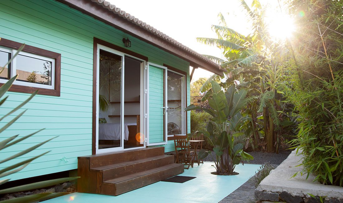 Bananas Lodge Bungalows surrounding garden